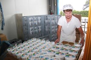 Helga bei der Verpackung