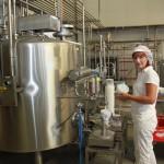 Christine bei der Joghurtabfüllung
