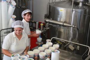 Helga und Sabine bei der Joghurtabfüllung